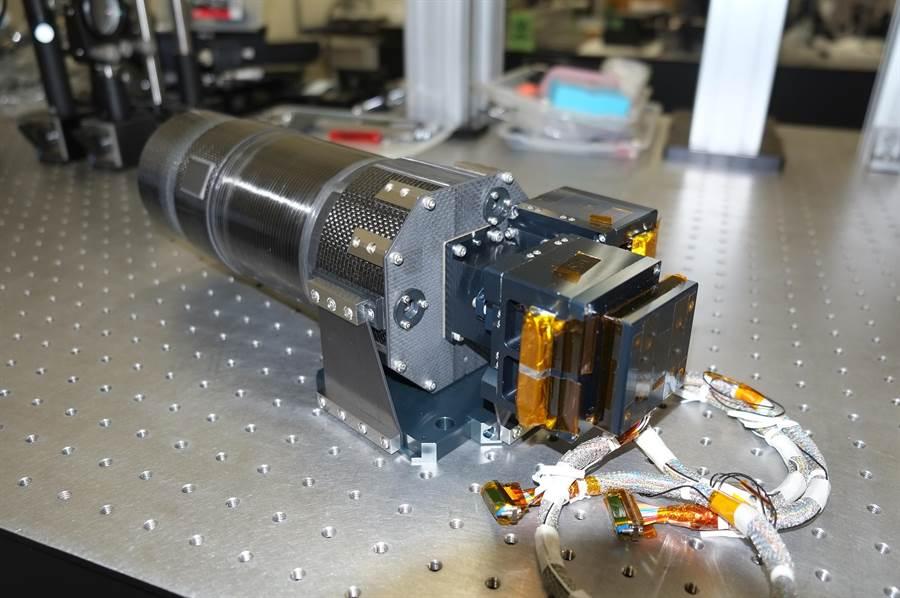口徑只有10公分高精度望遠鏡,可不受天氣的限制或大氣不穩定所造成的干擾進行觀測。(中央大學提供)。
