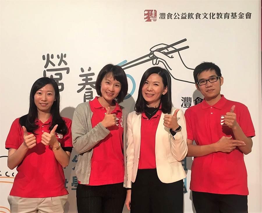 灃食公益飲食文教基金會副執行長林芳燕(右2),期盼創造一個飲食教育的橋樑,讓美感與美味教育從小紮根。(吳堂靖攝)