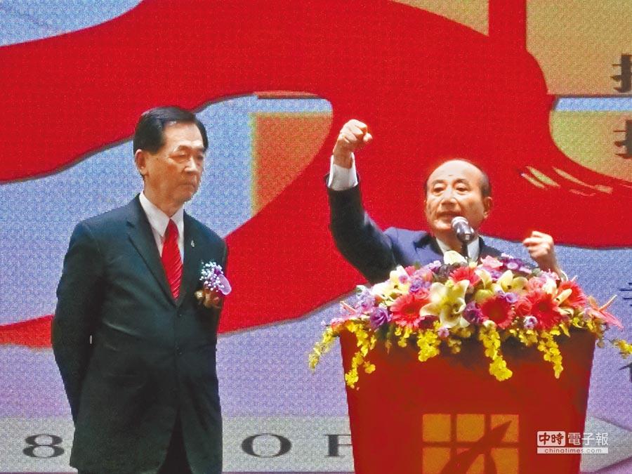 前立法院長王金平(右)15日到台中出席東森房屋尾牙時振臂表示,台灣要更好,一定要有安定的政府,安定的政績,才能夠讓台灣有完美的發展。(盧金足攝)