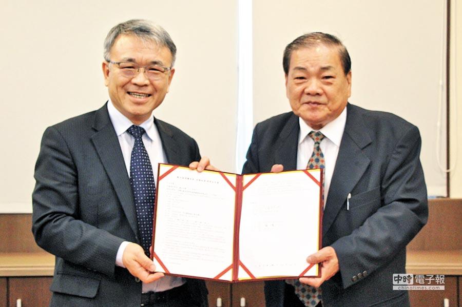 台灣百壽堂張董事長(右)與義大陳振遠校長簽產學聯盟意向書。(義守大學提供)