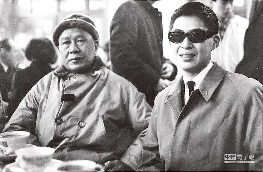 白先勇(右)1963年赴美留學,在台北松山機場與父親白崇禧留下最後一張合影。(本報系資料照片)
