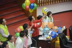 影》韓國瑜備詢處女秀 民進黨團戳氣球諷刺政見不實
