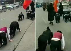 影》這款惡老闆!業績未達標 員工遭罰跪地爬街遊行