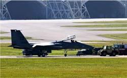 可能相撞! 兩架美軍F-15同跑道對頭迎面降落