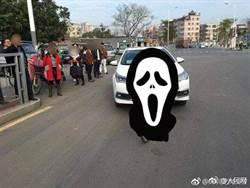 汽車遭腳踏車從正面撞上 車頭下場讓警方都看呆了