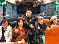 江啟臣搭公車上梨山 直播報喜