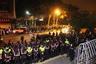 影》虐童案激出500民眾圍院檢 3人凌晨收押 凌晨2時民眾漸散