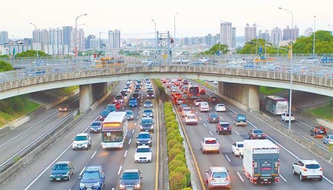 春節期間國道新竹路段常塞車。(徐養齡翻攝)