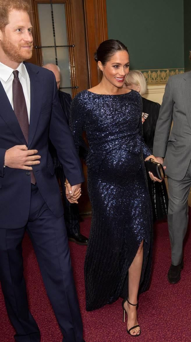 梅根穿著開衩亮片晚禮服,和夫婿哈利王子出席太陽馬戲團新劇慈善首演,在濃濃的孕味中透露出性感韻味。(路透)
