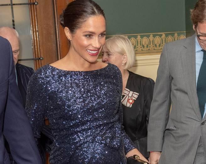 梅根16日身穿亮片開衩晚禮服,和夫婿哈利王子出席了太陽馬戲團新劇目「圖騰」(Totem)在倫敦的首秀。(路透)