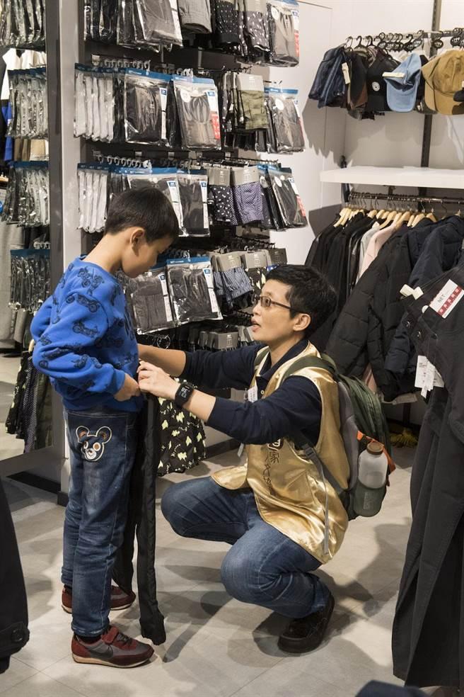 志工為孩子們添購新衣物。(中華道家人文協會提供)