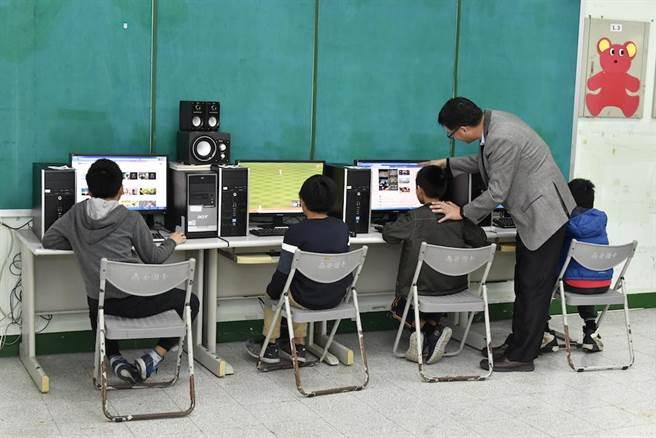 協會捐贈夜光天使班科技學習教室所需電腦螢幕、主機等物品。(中華道家人文協會提供)