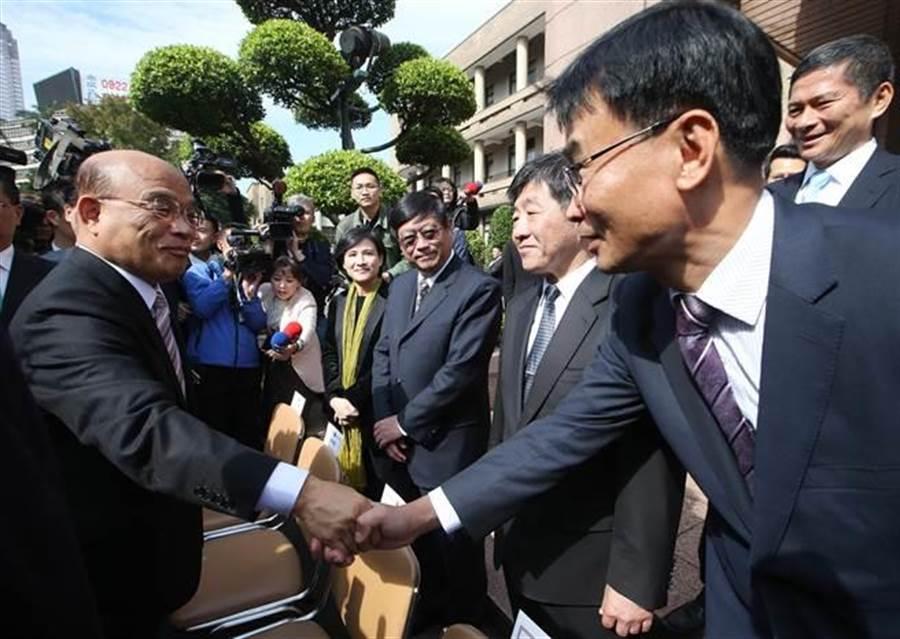 行政院長蘇貞昌團隊14日宣誓就職,蘇貞昌院長(左)親切向農委會主委陳吉仲(右)等閣員握手打氣。(陳怡誠攝)