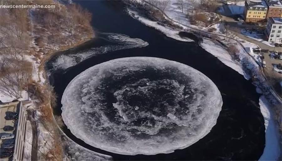 河上驚見91公尺自轉冰盤 居民嚇呆:外星人造的?(圖翻攝自youtube/NEWS CENTER Maine)