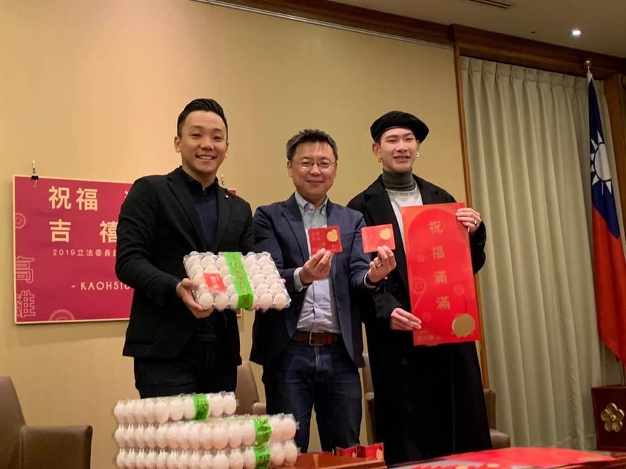 綠委趙天麟(中間)今推出賀年小物,除了預告自己的新選區,也推出打卡送「趙天麟蛋」活動。(郭建伸攝)