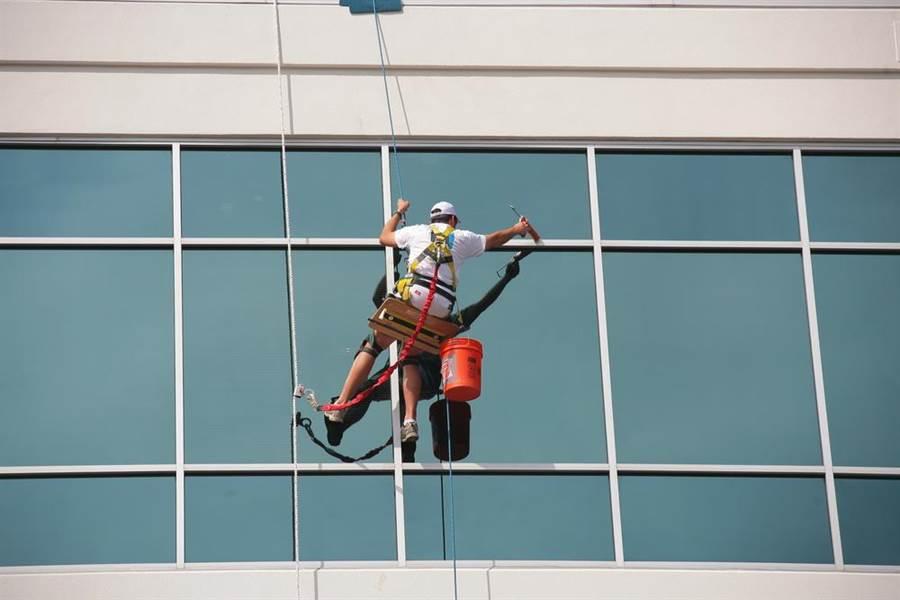 裝修工吊掛16樓刷牆 弄髒屋主衣服遭割斷安全繩(示意圖/達志影像)