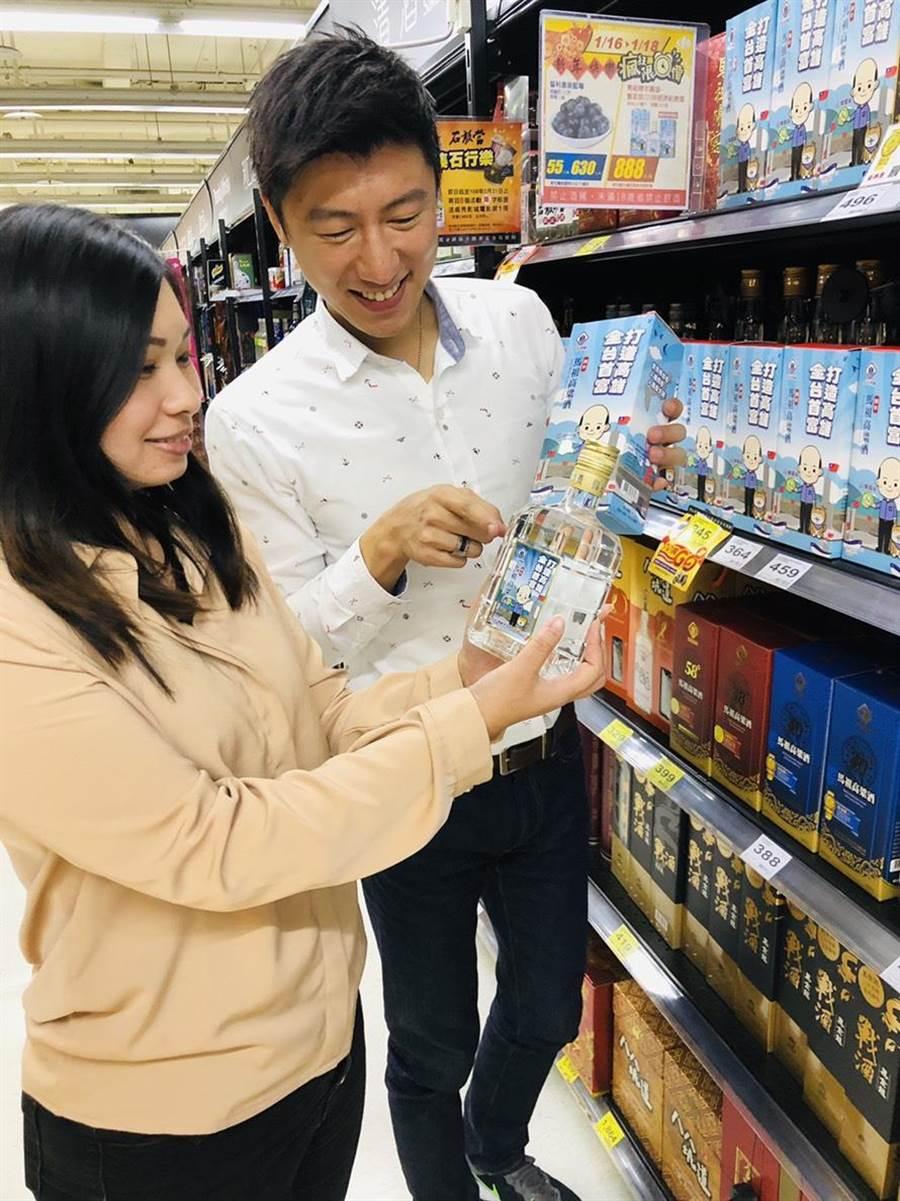 陳年馬祖高粱酒-賣菜郎CEO韓國瑜拚經濟紀念,昨起家樂福獨賣,每瓶888元。(家樂福提供)