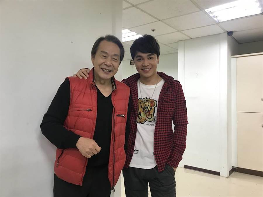 張峰奇(右)與老爸張魁今一起進棚錄影。(蕭雅玲攝)