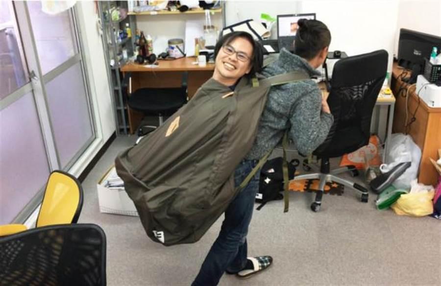 把人裝進去還可以背起來旋轉(圖片取自/網友Seiji)