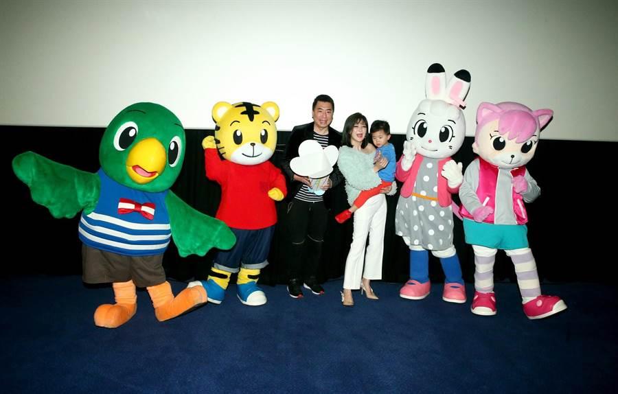 梁赫群(左起)、Stacey、小寶全家人來看偶像巧虎。(粘耿豪攝)