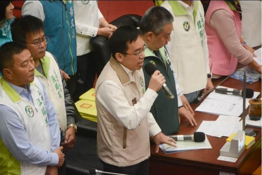 前總統陳水扁之子、高雄市議員陳致中(拿麥克風者)17日首次質詢市長韓國瑜。(林宏聰攝)