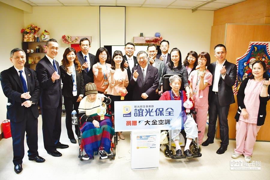 新光保全暨誼光保全董事長林伯峰,捐贈大金空氣清淨機予康寧醫院護理之家。圖/業者提供