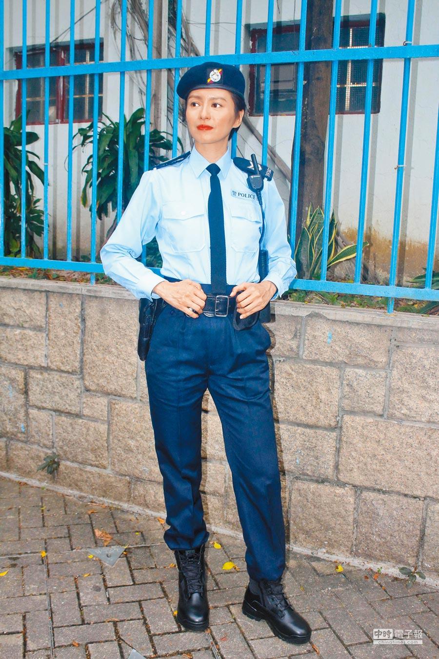 梁詠琪高䠷身材格外適合女警裝扮。