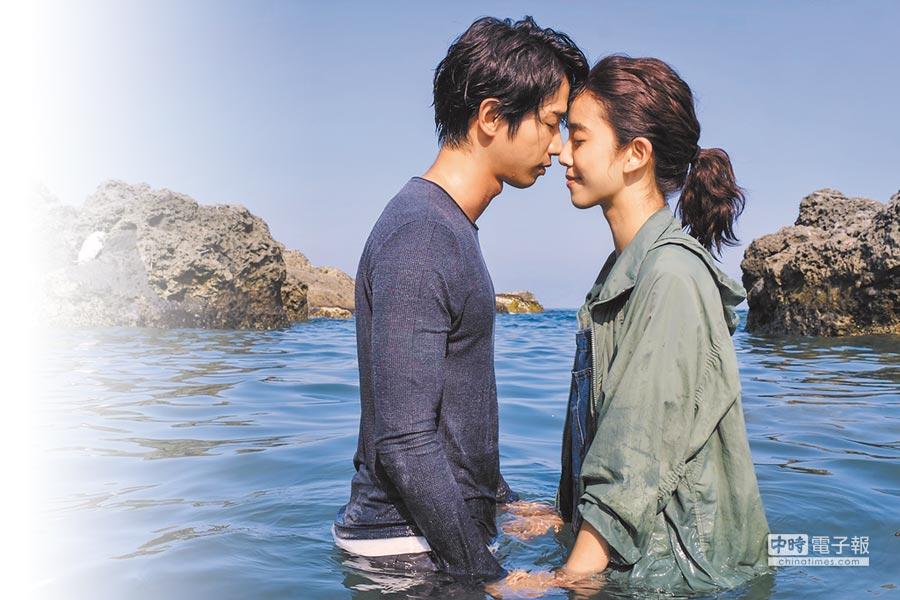 劉以豪(左)、陳庭妮海中拍攝浪漫重逢告白戲。