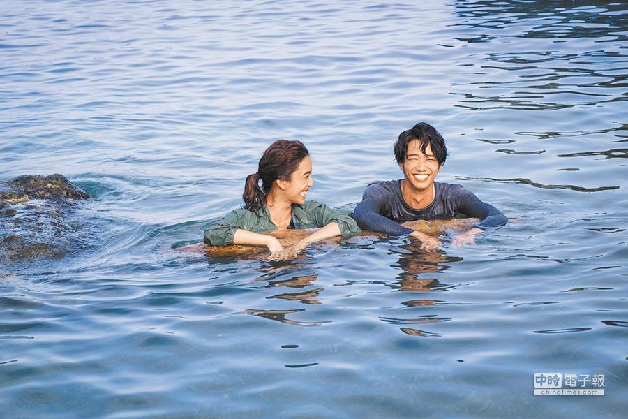陳庭妮(左)、劉以豪海中拍戲玩開了。