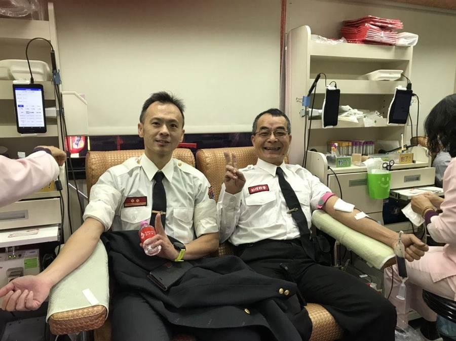 嘉義市政府消防局打火兄弟挽袖捐血。(廖素慧翻攝)