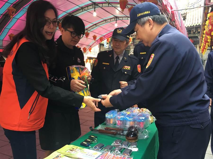嘉義市警察局宣導交通治安,捐血民眾獲贈小禮物。(廖素慧攝)