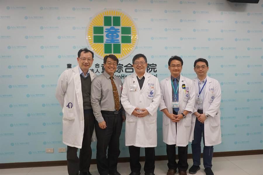 童綜合醫院副院長許弘毅(左一)、中山醫學院教授何應瑞(左二)等醫師團隊,啟動治療巴金森氏症二期試驗。(圖/童醫院)