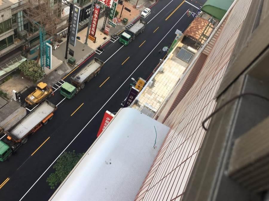 住在高雄鳳山文山特區的網友,方才在「韓國瑜後援會」發住處附近馬路前後比較圖,韓國瑜上任不到一個月路便平了,他大讚韓市府「路見不平 馬上鋪平」。(韓國瑜後援會)