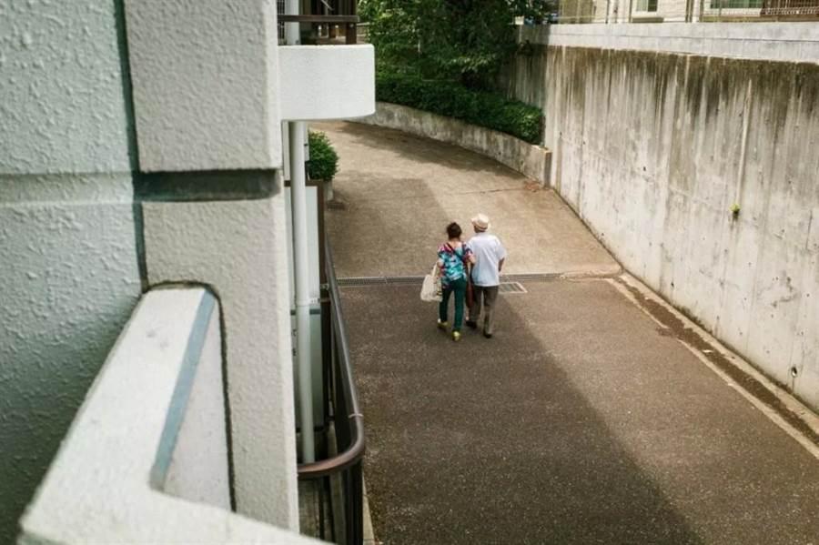 每天與母親散步出門(圖片取自/Shin Noguchi IG)