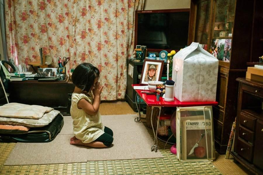 孫女合掌祭拜爺爺(圖片取自/Shin Noguchi IG)