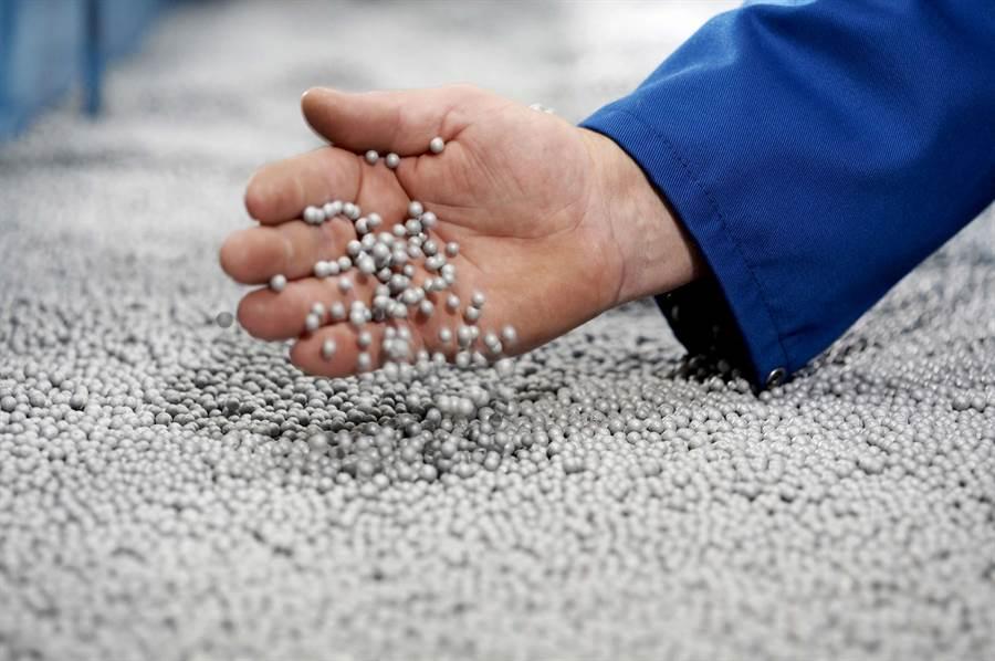 """巴斯夫也在其全球各個塑膠顆粒生產基地積極實施""""OperationCleanSweep""""國際倡議,通過行為、組織和技術,減少價值鏈中塑膠顆粒的流失。(巴斯夫提供)"""