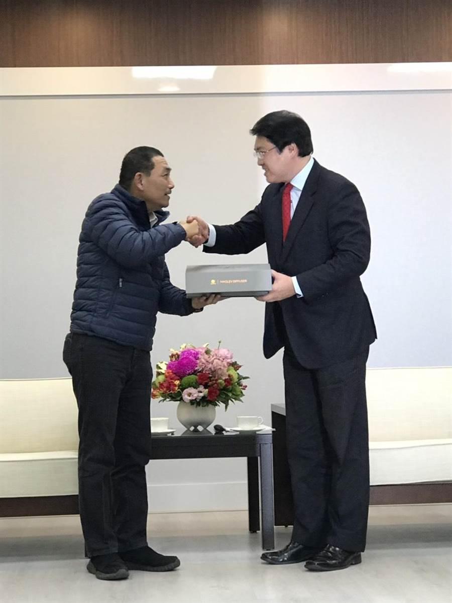 新北市長侯友宜(左)與基隆市長林右昌(右)握手。(張穎齊攝)