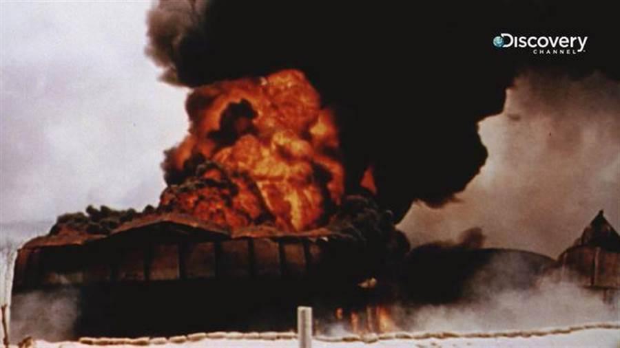 《太平洋戰爭全彩實錄》襲擊珍珠港後,日軍緊接著炸毀了威克島、關島美軍基地,短時間內勢如破竹進攻東南亞地區。(Discovery頻道 提供)