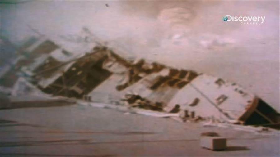 《太平洋戰爭全彩實錄》日襲擊珍珠港後,美國海軍軍艦水雷敷設艦奧格拉拉號嚴重傾斜。(Discovery頻道 提供)