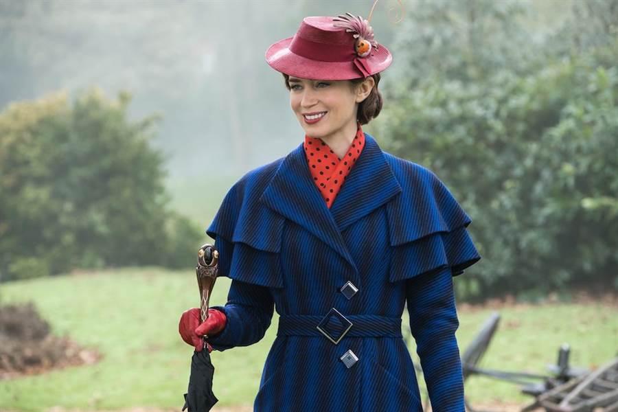 艾蜜莉布朗扮魔法褓母,必須戴手套、從天而降。(迪士尼提供)