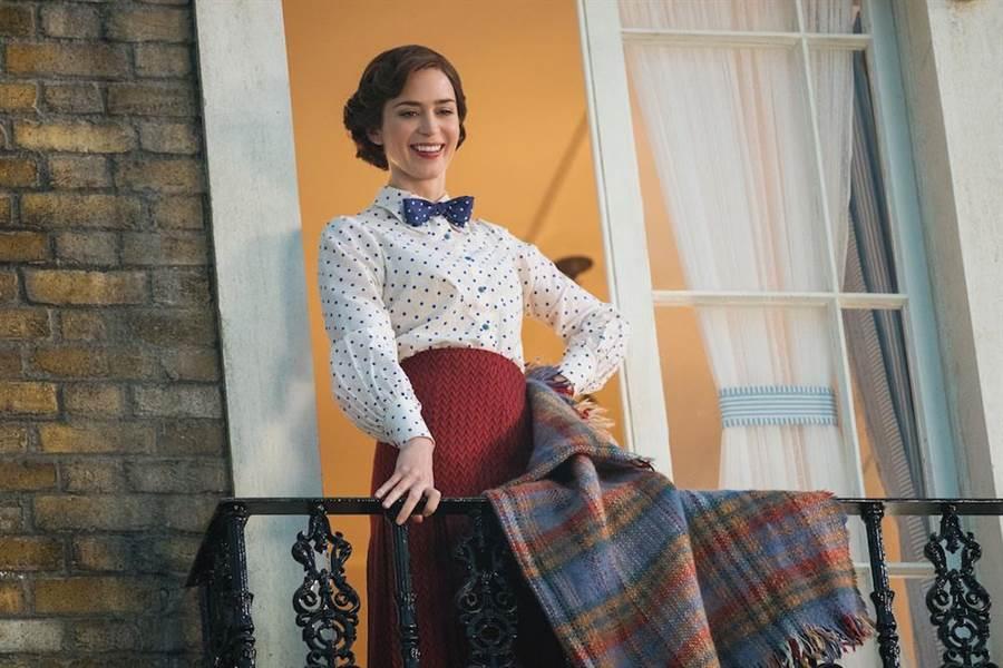 艾蜜莉布朗接下當年茱莉安德魯絲詮釋的經典角色。(迪士尼提供)