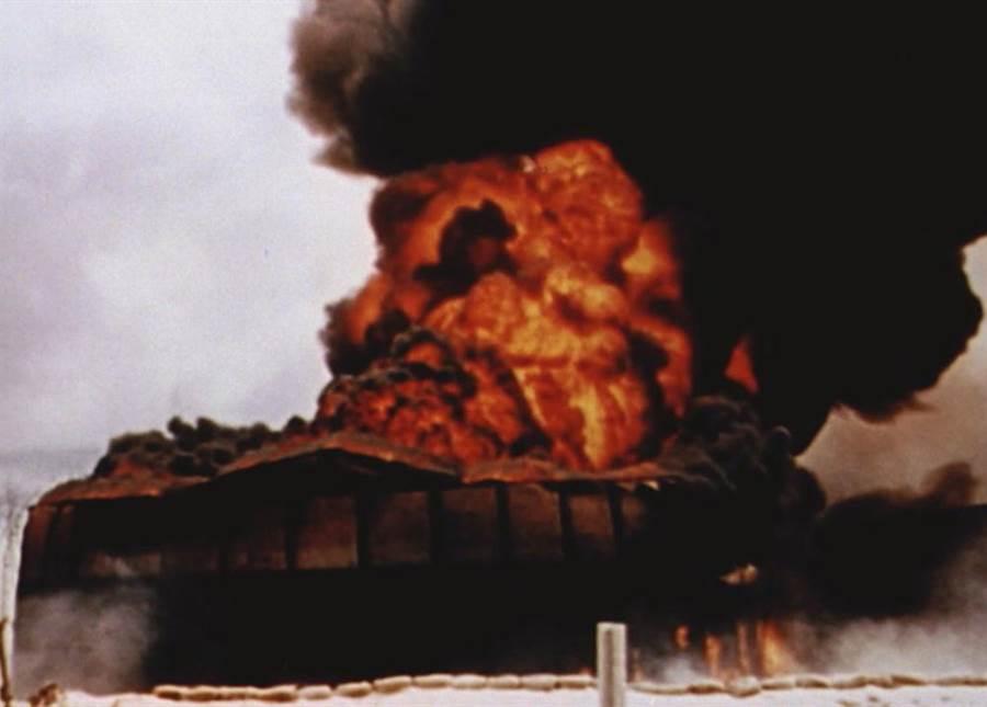 襲擊珍珠港後,日軍緊接著炸毀了威克島、關島美軍基地。(Discovery提供)