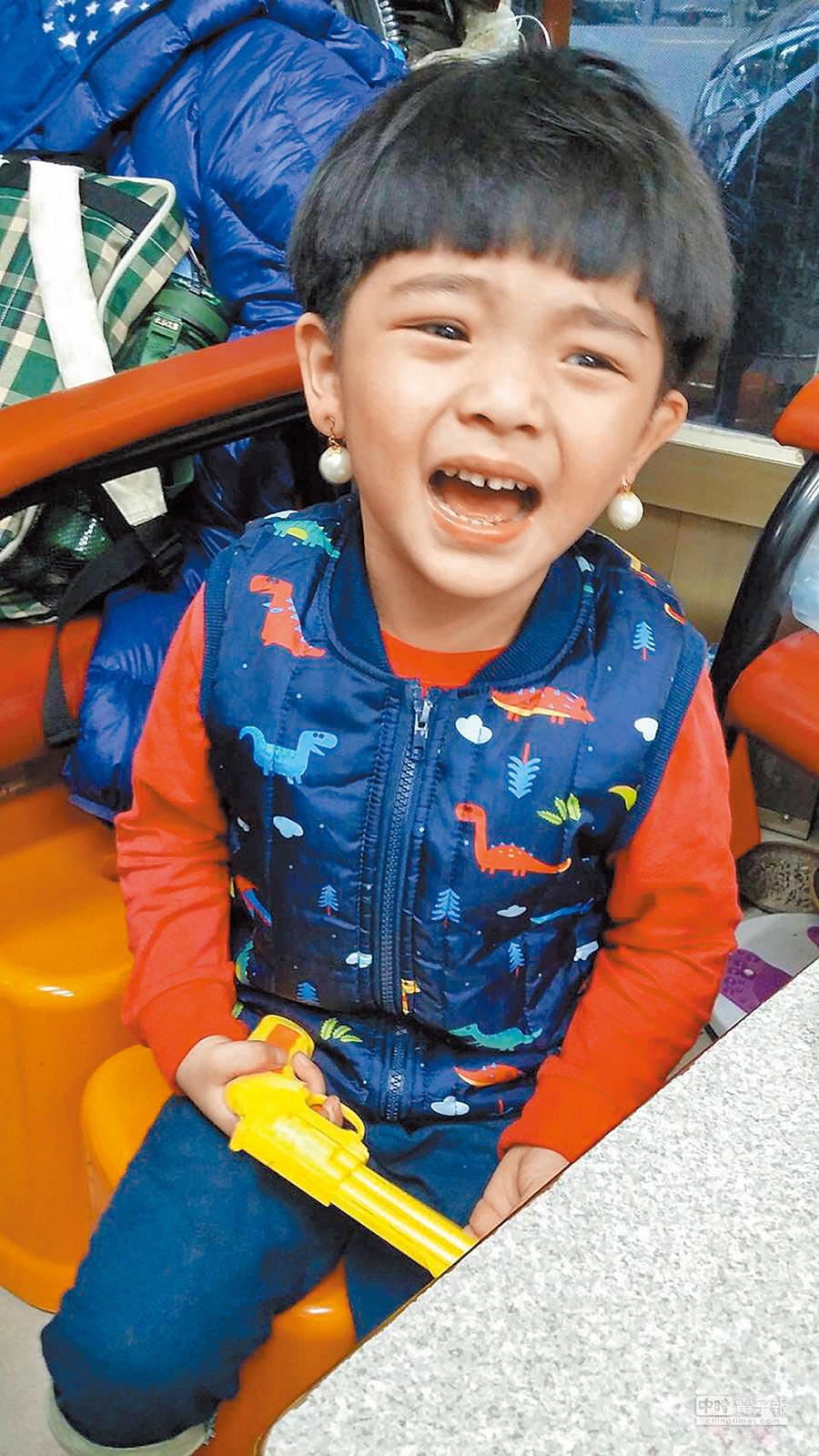 黃妃3歲兒模樣可愛,會模仿媽媽戴夾式耳環,逗樂全家。