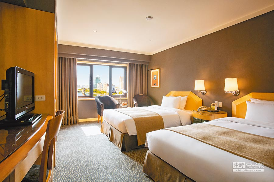 高雄國賓大飯店面向愛河的客房在燈會期間已幾近完售,圖為4人豪華港景客房。(高雄國賓大飯店提供)
