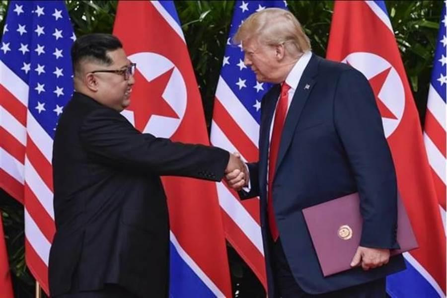 2018年在新加坡举行的「川金会」。美国总统川普(图右)和北韩领导人金正恩(图左)世纪握手。(美联社)