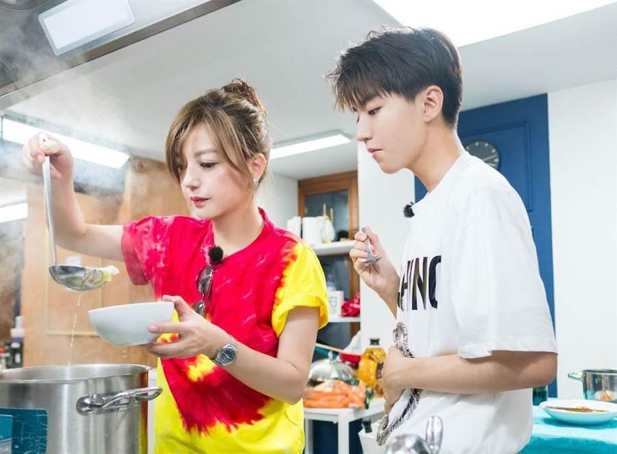 王俊凱與趙薇在《中餐廳》下廚做菜。(圖片提供:中天)
