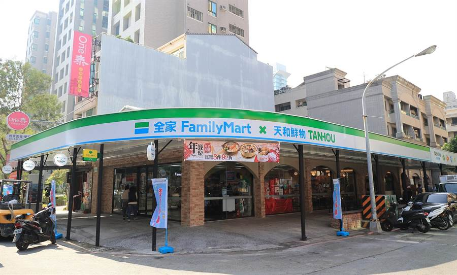 全家高雄天誠店位於美術館周邊,是全台首間「超商餐廳」,該店約100坪,規劃60個座位。(圖/業者提供)