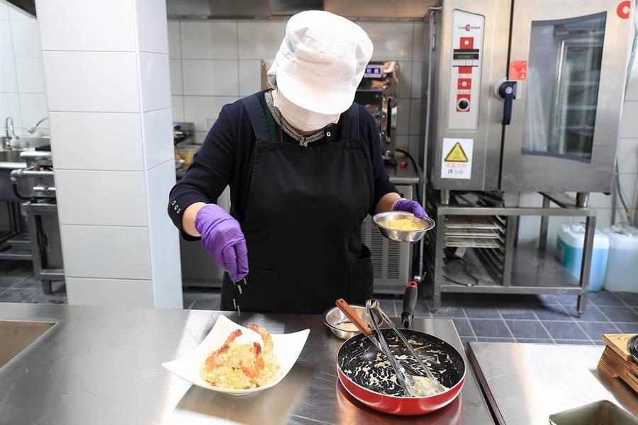 全家高雄天誠店最大特色就是有廚師駐店服務,現點現做提供熱食。圖/業者提供
