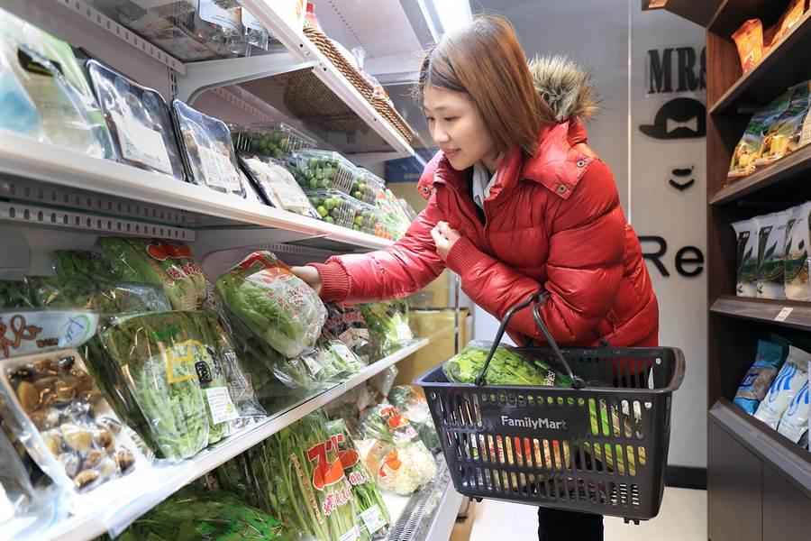 全家高雄天誠店也導入約250項天和鮮物商品,如冷凍水產、小農蔬果等5大類,讓消費者一站購足!圖/業者提供