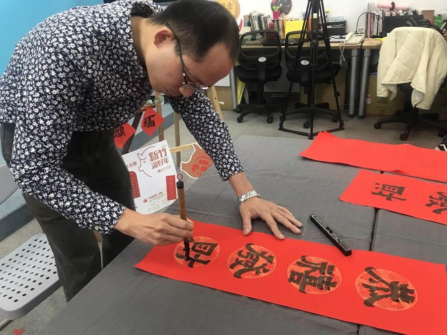 新竹市政府今年的「恭禧發財」春聯,由年輕書法家蘇梓靖以深厚書法造詣精心打造。(陳育賢攝)
